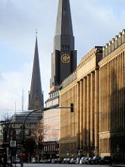 Steinstrasse in der Hamburger Altstadt - Kirchtürme der St. Jacobikirche u. St. Petrikirche.
