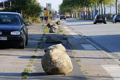 Billbrooker Gewerbegebiet Bredowstrasse Steine auf dem Fahradweg.
