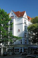 Wohngebäude mit Geschäften in der Paterre - Stadtteil Hamburg Winterhude, Dorotheenstrasse.
