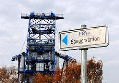 Hinweisschidl zur HPA Saugerstation in Hamburg Finkenwerder - im Hintergrund die Krananlage / Förderanlage am Dradenauhafen.