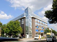 Modernes Bürogebäude in Hamburg Hamm - Eiffestrasse; Strassenverkehr - schnell fahrende Autos.