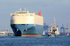 RollOn RollOff Frachter Tanquil Ace läuft aus dem Hamburger Hafen aus. Der Fahrzeugtransporter hat eine Länge von 200m; rechts das Polizeiboot der Hamburger Wasserschutzpolizei Bürgermeister Weichmann.