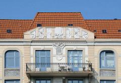 Jugendstilarchitektur Hausfassade und Balkon in der Gaertnerstrasse.