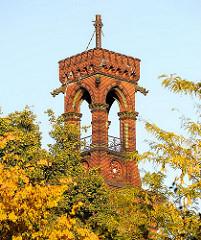 Ziegelturm eine Wohngebäudes in Hamburg Altona Altstadt, Bäume mit Herbstlaub, Herbst in Hamburg.