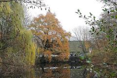 Hamburg Volksdorf Dorfteich - Herbst in Hamburg - Museumsdorf im Hintergrund.