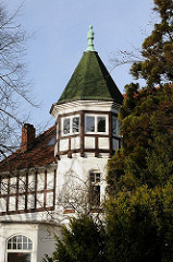 Giebelturm einer Fachwerkvilla in der Parkstrasse von Hamburg Othmarschen.
