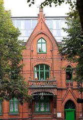 Wohnhaus mit Ziegelfassade zwischen grünen Strassenbäumen - Bilder aus dem Stadtteil Hamburg St. Pauli.
