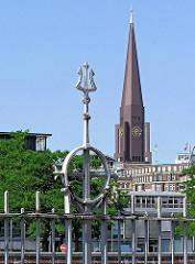 Element des historischen eisernen Zollzauns am Zollkanal - im Hintergrund der Kirchturm der Hamburger St. Jacobikirche.