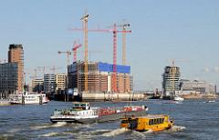 Blick über die Norderelbe zur Baustelle der Elbphilharmonie - lks. die Einfahrt zum Sandtorhafen; ein Tankschiff und eine Hafenfähre in voller Fahrt. (2009)