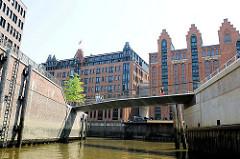 Durchfahrt zum Ericusgraben und Magdeburger Hafen - Speichergebäude in der Hamburger Hafencity.