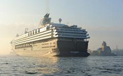 Kreuzfahrtschiff MEIN SCHIFF, Morgensonne im Hamburger Hafen - Lotsenhaus in Hamburgs Stadtteil Waltershof