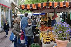 Wochenmarkt Hamburg  - Wochenmarktstände auf dem Ottensener Spritzenplatz.