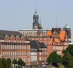 Dächer der historischen Gebäude am Elbhang von Hamburg St. Pauli - Turm mit Kuppel der St. Michaeliskirche.