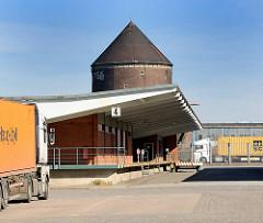 Ehem. Zollstation / Freihafengebiet Hamburg Veddel - überdachte Laderampe - Architekturstil der 1960er Jahre; Zombeck Bunker, Luftschutzturm der Bauart Zombeck - Luftschutzraum für ca. 1000 Menschen.