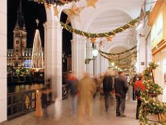 Weihnachtsdekoration in den Alsterarkaden - auf dem Rathausmarkt steht ein Weihnachtslichterbaum.