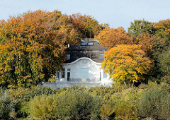 Grosse Villa - Herbstbäume am Elbhang - Goldener Oktober; Herbstsonne.