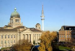 Blick auf das  Oberlandesgericht am Sievekingplatz - erbaut 1912 - Architektenbüro Ludt & Kallmorgen. In der Bildmitte der Hamburger Fernsehturm, Telemichel, Heinrich-Hertz-Turm; re. das Strafjustizgebäude.