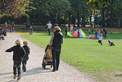 Parks in Hamburg - Fischerspark in Hamburg Ottensen. Spaziergang in der Sonne - Leben in Hamburg.