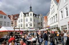 Historische Hausfassaden am Sachsentor in Hamburg Bergedorf - die Bergedorfer sitzen im Cafe der Sonne oder Shoppen.