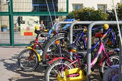 Fahräder / Kinderräder vor dem Kindergarten