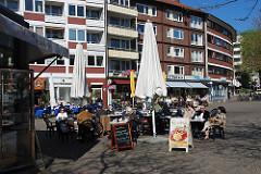Winterhuder Marktplatz - Strassencafé im Zentrum Winterhudes. Wohnhäuser und Geschäftsgebäude am Platz.