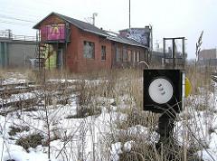Gleisanlagen und verlassenes Bahngebäude bei der Versmannstrasse. (2004)