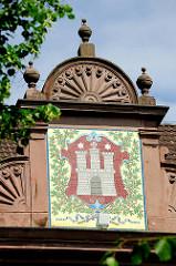 Wappen der Hansestadt Hamburg an der Fassade der ehem. Volksschule Norderstrasse in Hamburg St. Georg, erbaut 1902.