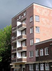 Mehrstöckiges Ziegelgebäude mit Balkons - Bilder aus der Hamburger Jarrestadt.