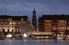 Nachtaufnahme - Hamburger Jungfernstieg mit Alsterpavillon und St. Michaeliskirche.