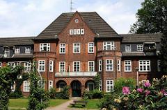 Hauptgebäude des 1913 fertig gestellten Klinkergebäudes Lankenaustift - Architekten Raabe & Wöhleke.