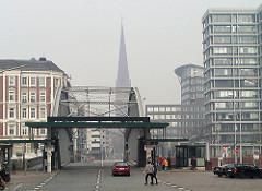 Zollübergang der Hamburger Speicherstadt / Zollkanal an der Kornhausbrücke - im Hintergrund der Kirchturm der ST. Petrikirche.