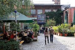Hamburg Ottensen - Zeisehallen in der Friedensallee - Kopfsteinpflaster, Strassencafe.