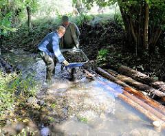 Gewässernachbarschaftstag des NABU an der Düpenau - Kies und Totholz wird in den Bach einbebaut, um die Lebensbedingungen für Tiere und Pflanzen zu verbessern. Fotos aus Hamburg Osdorf.