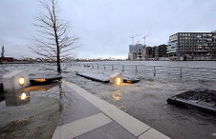 Herbststurm im Hafen Hamburg - Hochwasser in der Hafecity - Sturmflut im Hafen.