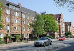 Wohnungen an einer Hauptverkehrsstrasse - Hamburger Klinkerarchitektur, entstanden unter der Leitung des Altonaer Bausenators Gustav Oelsners.