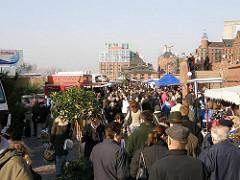 Fischmarktbesucher auf dem Gelände des Altonaer Fischmarkt, die Verkaufsstände stehen dicht beieinandener.