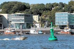 Blick über die Elbe nach Hamburg Neumühlen - Stadtteil Ottensen - zwischen den Glaspalästen, modernen Bürobauten die abrissbedrohten Wohnhäuser an der Elbtreppe.