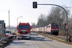 Sperrung der Kattwykbrücke für Kraftfahrzeuge während ein Containerzug die Hubbrücke über die Süderelbe / Kattwyk überquert.