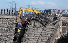 Abriss des Zollzauns an der Versmannstrasse - das Freihafengebiet im Hamburger Hafen wurde verkleinert, die Hafencity kann gebaut werden. (2008)