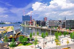 Grasbrookhafen, Stadtteil Hafencity - Marco Polo Terrassen; Bilder aus der Hansestadt Hamburg. Sommer in der Stadt - Blauer Himmel.