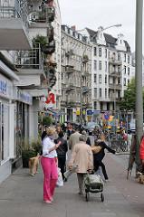 Shopping in Hamburg - Einkaufsstrasse Eppendorfer Baum, Geschäfte im Stadtteil Hoheluft Ost.