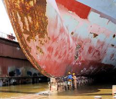 Bug eines Schiffs im Trockendock einer Werft im Hamburger Hafen.