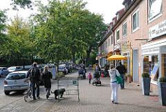 Einkaufen in Hamburg Ohlsdorf / Klein Borstel - Geschäfte in der Stuebeheide. Passanten auf der Strasse.
