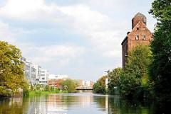 Industriearchitektur und Wohngebäude am Ufer des Mittelkanals in Hamburg Hammerbrook.