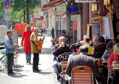 Bilder aus dem Hamburg Stadtteil St. Georg - Sommertage in Hamburg - Restaurant mit Tischen auf dem Gehweg - Gäste beim Essen.