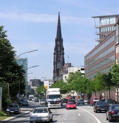 Kirchturm der Nikoliakirche als Mahnmal gegen den Krieg - Autoverkehr auf der Hamburger Willy Brandt Strasse