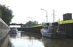 Sportboote in der Tatenberger Schleuse - Schleusung Richtung Dove-Elbe.