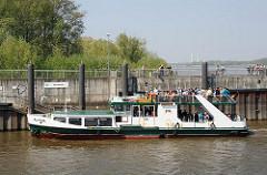 Anlegestelle Neuenfelde - Bilder des Fahrgastschiffs Altona - Personen gehen an Land.