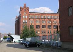 Blick auf die Backsteinarchitektur eines Industriegebäudes im Hamburger Freihafen am Lohseplatz (2004)