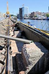 Restaurierung der Kaimauer am Lotsekanal des Harburger Binnenhafens.